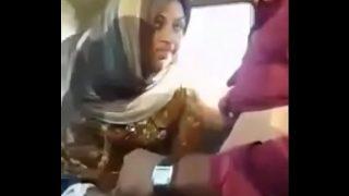 मुस्लिम रंडी को कार मे चोदा